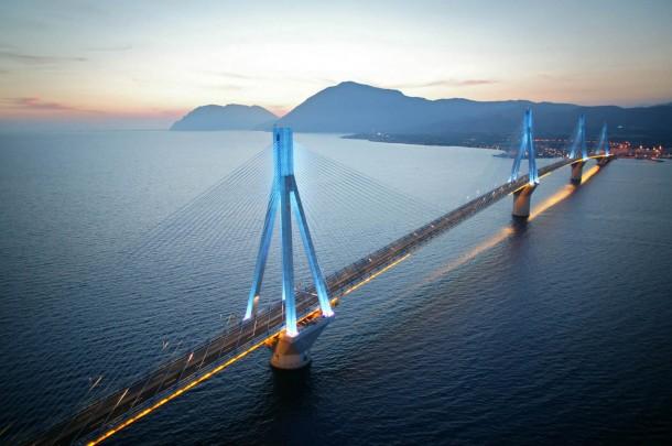 Η ελληνική σημαία στην κορυφή της γέφυρας Ρίου-Αντιρρίου (video)