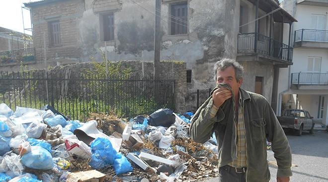 Αγανακτισμένοι οι κάτοικοι του Πύργου: «Η ζωή μας με τα σκουπίδια…»
