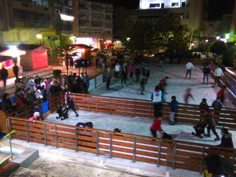 Ξεκίνησε η λειτουργία του παγοδρομίου στην Πλατεία Δημάδη (ΦΩΤΟ)