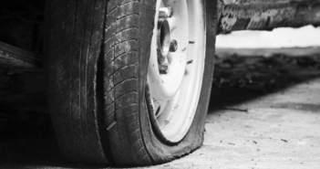 Ηλεία: Έσκισαν τα λάστιχα αυτοκινήτου της ΔΟΥ την ώρα που εφοριακοί έκαναν έλεγχο!