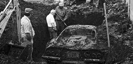Δύο παιδιά έσκαβαν στην αυλή τους και βρήκαν θαμμένο ένα ιδιαίτερο αυτοκίνητο – Ποια είναι η ιστορία που κρύβεται από πίσω!