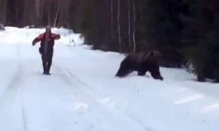 Του επιτίθεται αρκούδα και την κάνει να το βάλει στα πόδια! (VIDEO)
