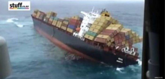 Εμπορικό πλοίο αναποδογυρίζει μέσα στη θάλασσα (Βίντεο)