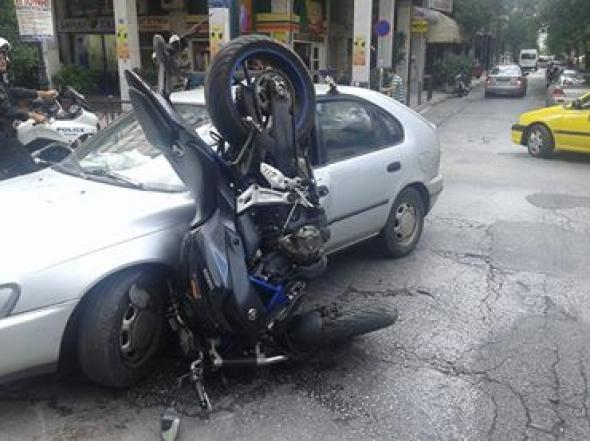 Πάτρα:Σύγκρουση αυτοκινήτου με δίκυκλο-Ένας τραυματίας (ΔΕΙΤΕ ΦΩΤΟ-ΒΙΝΤΕΟ)