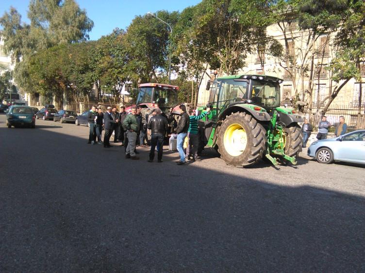 Αγρίνιο: Η προσυγκέντρωση των αγροτών στο σταθμό του παλιού τρένου  (ΔΕΙΤΕ ΦΩΤΟ)