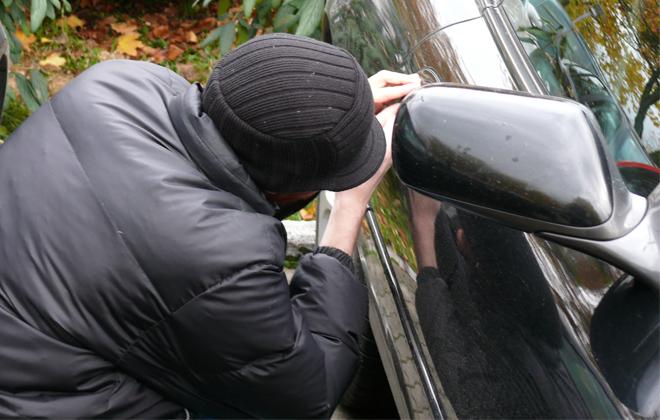 Είχε 8.000 ευρώ μέσα στο αυτοκίνητό του… και τα άρπαξαν!