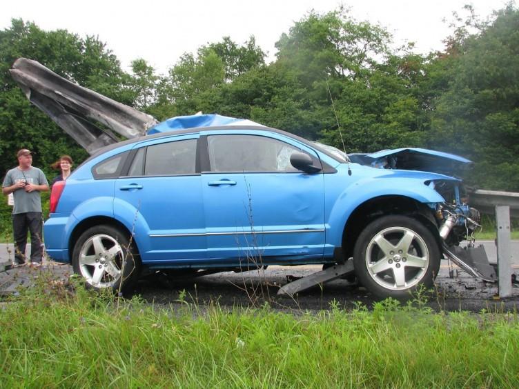 ΠΑΤΡΑ: Αυτοκίνητο έκανε…. τραμπάλα πάνω σε προστατευτικό κιγκλίδωμα (ΔΕΙΤΕ ΦΩΤΟ)