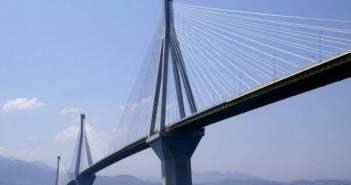 Κλειστό το ρεύμα της Γέφυρας προς Αντίρριο – Πέφτουν στα οχήματα μεγάλα κομμάτια πάγου