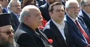 Αμαλιάδα: Με κόκκινο γαρύφαλλο στα χέρια στην εκδήλωση για τον Μπελογιάννη ο Τσίπρας (ΔΕΙΤΕ ΒΙΝΤΕΟ)