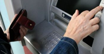 Αγρίνιο: Διέρρηξε όχημα, άρπαξε τραπεζική κάρτα και έκανε ανάληψη 600 ευρώ