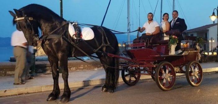 Η νύφη και ο γαμπρός πέρασαν με άμαξα μπροστά από το λιμάνι της Ναυπάκτου (ΔΕΙΤΕ ΒΙΝΤΕΟ-ΦΩΤΟ)