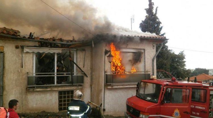 Στάχτη έγινε σπίτι στην Άνω Γαβαλού – 11 Πυροσβέστες με 5 οχήματα για την κατάσβεσή του