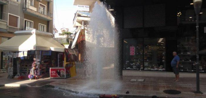 Παπαστράτου: Φορτηγό έσπασε κρουνό και δημιουργήθηκε σιντριβάνι! (ΔΕΙΤΕ ΦΩΤΟ)