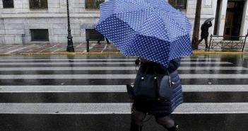 Καιρός: Μπήκε Ιούνιος αλλά θα παραμείνουμε με ομπρέλες
