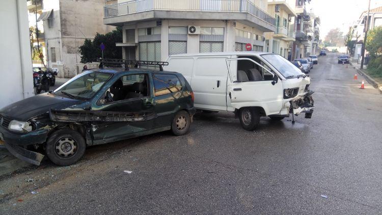 Σφοδρή σύγκρουση οχημάτων στο κέντρο του Αγρινίου – Στο νοσοκομείο τρίαάτομα! (ΔΕΙΤΕ ΦΩΤΟ)