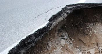 Βουλιάζει ο τόπος στην Ηλεία – Κόπηκαν δρόμος και νεκροταφείο – Αποκομμένη η Ζαχάρω (ΔΕΙΤΕ ΦΩΤΟ)