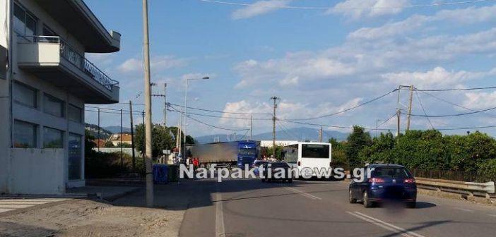 Ναύπακτος: Νταλίκα «δίπλωσε» στην Παλαιοπαναγιά (ΦΩΤΟ)
