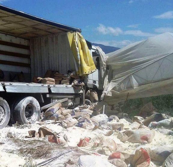 Εκτροπή φορτηγού με άλευρα στα Αμπάρια Παναιτωλίου! (ΔΕΙΤΕ ΦΩΤΟ)