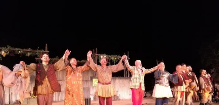 Ενθουσίασαν οι «Αχαρνής» στο αρχαίο θέατρο Οινιαδών (ΔΕΙΤΕ ΦΩΤΟ)