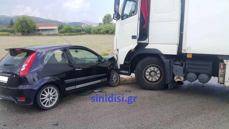 Μπαράζ τροχαίων ατυχημάτων στη Βόνιτσα λόγω βροχόπτωσης – Σύγκρουση Ι.Χ. με νταλίκα (ΔΕΙΤΕ ΦΩΤΟ)