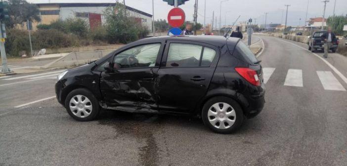 Σφοδρή σύγκρουση αυτοκινήτων έξω από τα φανάρια του νοσοκομείο Αγρινίου – Ανετράπη Ι.Χ. (ΔΕΙΤΕ ΦΩΤΟ)