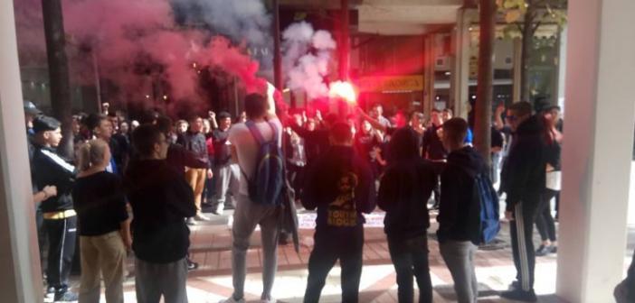 Μαθητικό συλλαλητήριο στο Αγρίνιο – Καταλήψεις σε σχολεία, άναψαν καπνογόνα κάτω από το Δημαρχείο (ΔΕΙΤΕ ΦΩΤΟ)