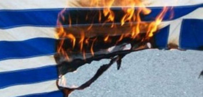 Συνελήφθη αστυνομικός γιατί έκαψε την ελληνική σημαία