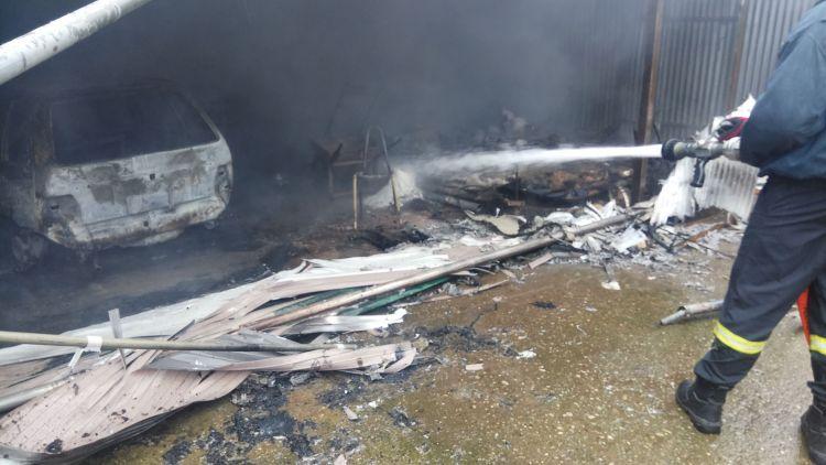 Αγρίνιο: Συναγερμός στην Πυροσβεστική για φωτιά σε σπίτι – Στάχτη αυτοκίνητο, τροχόσπιτο και ζώα (ΔΕΙΤΕ ΦΩΤΟ)