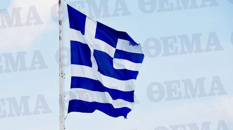 Η κομμένη και ξεφτισμένη σημαία της Ακρόπολης (ΔΕΙΤΕ ΦΩΤΟ)
