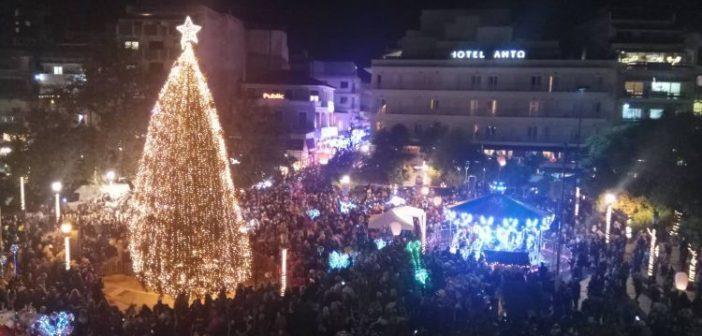 Αγρίνιο: Τα Χριστούγεννα έρχονται! – Φωταγωγήθηκε το δένδρο στην πλατεία Δημοκρατίας (ΔΕΙΤΕ ΦΩΤΟ + VIDEO)