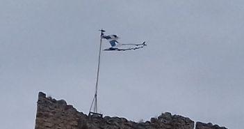 Η Ελληνική σημαία κυματίζει σκισμένη στο Κάστρο της Βόνιτσας! (ΔΕΙΤΕ ΦΩΤΟ)