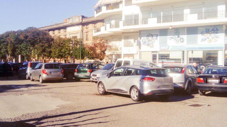 Έκαναν παρκινγκ κεντρικό δρόμο της πόλης