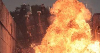 Συλλαλητήριο για τη Μακεδονία: Άγρια επεισόδια, μαχαίρωμα και λιπόθυμα παιδιά από χημικά (ΔΕΙΤΕ ΦΩΤΟ + VIDEO)