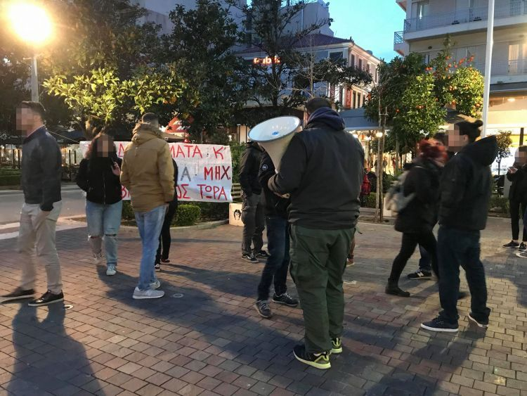 Αγρίνιο: Διαμαρτυρία φοιτητών του Τμήματος ΔΠΦΠ στην πλατεία Δημοκρατίας (ΔΕΙΤΕ ΦΩΤΟ)