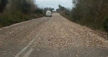 Kοφτερές πέτρες στον δρόμο Βόνιτσας – Παλαίρου: Απαιτείται προσοχή από τους οδηγούς (ΔΕΙΤΕ ΦΩΤΟ)