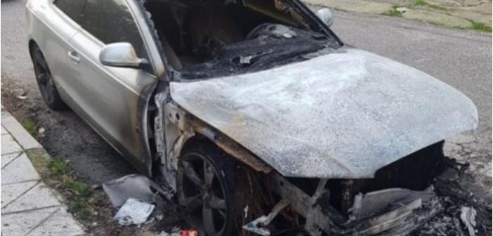 Αγρίνιο: Καταστράφηκε ολοσχερώς από φωτιά πολυτελές αυτοκίνητο (ΔΕΙΤΕ ΦΩΤΟ)