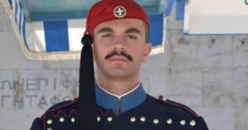 """Δυτική Ελλάδα: """"Έσβησε"""" Λίγο πριν πάρει το πτυχίο του – Η συγκινητική αναφορά του Καθηγητή Σταύρου Κουμπιά για την ξαφνική απώλεια του Εύζωνα της Προεδρικής Φρουράς"""