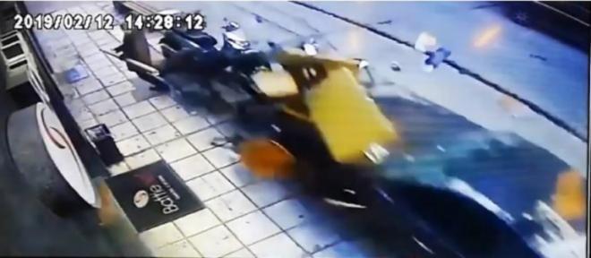 Θεσσαλονίκη: Η στιγμή που το «τρελό» ΙΧ πέφτει πάνω σε πεζούς – Σοκαριστικό (ΔΕΙΤΕ ΦΩΤΟ + VIDEO)