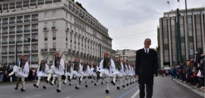 Συγκίνηση σήμερα στην παρέλαση της Προεδρικής Φρουράς – Τίμησαν τη μνήμη του Πατρινού Εύζωνα Σπύρου Θωμά – Παρών και συγκινημένος ο πατέρας του Χρήστος Θωμάς