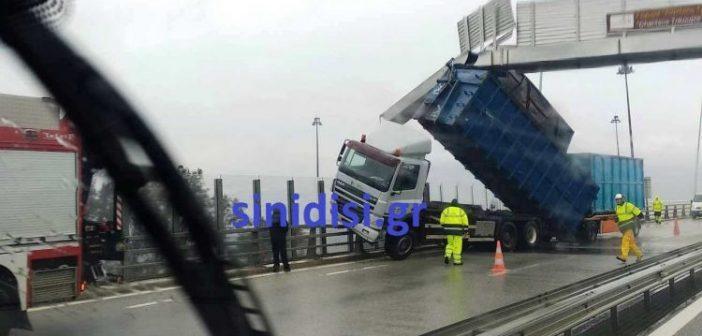 Ζημιές στη Γέφυρα Ρίου – Αντιρρίου – Ο αέρας πήρε και σήκωσε καρότσα νταλίκας! (ΔΕΙΤΕ ΦΩΤΟ)