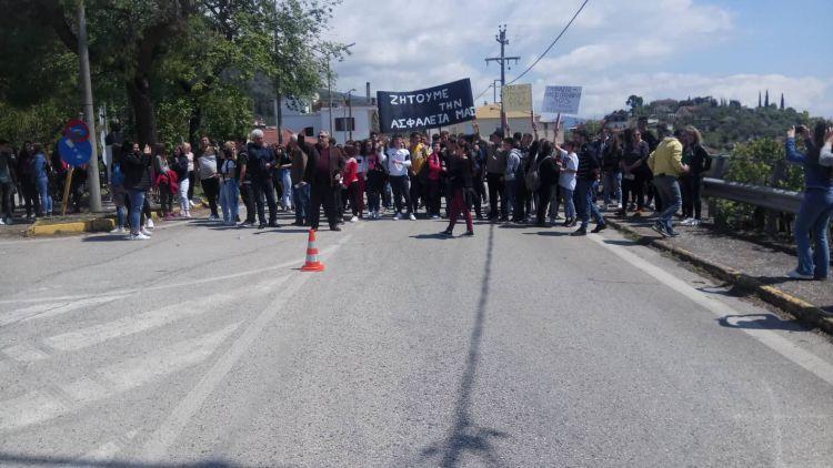 """Μεγάλη κινητοποίηση από μαθητές και κατοίκους της Παραβόλας – """"Όχι άλλο αίμα στην άσφαλτο"""" (ΦΩΤΟ + VIDEO)"""