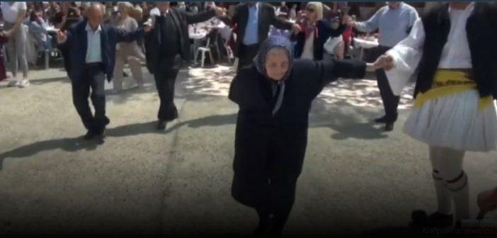 Ο λεβέντικος τσάμικος της αιωνόβιας γιαγιάς στη Σκάλα Ναυπακτίας (VIDEO)