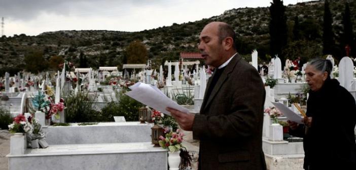 Τρίκαλα: Υποψήφια δημοτική σύμβουλος μοίρασε κάρτες σε κηδεία