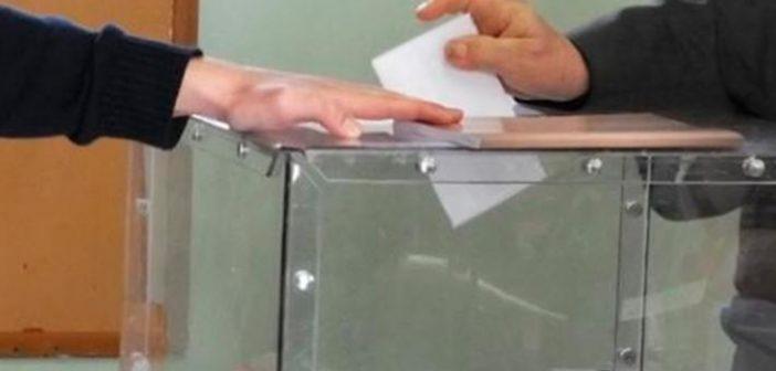 Ψηφοδέλτια ψάχνουν οι ηλικιωμένοι για τις εκλογές της Κυριακής