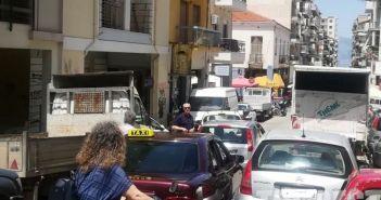 Δυτική Ελλάδα: Απίστευτο! Άραξε στη μέση του δρόμου και πήγε στη λαϊκή (ΔΕΙΤΕ ΦΩΤΟ)
