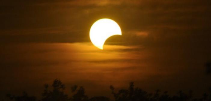 Πανσέληνος και μερική έκλειψη σελήνης το βράδυ – Ορατό και από τη χώρα μας το διπλό φαινόμενο