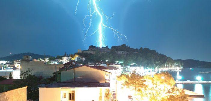 """Κεραυνός """"χτυπά"""" τη Βόνιτσα – Εντυπωσιακή φωτογραφία του Θοδωρή Μαζαράκη"""