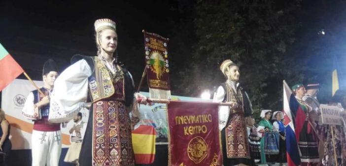 Αγρίνιο: Κοσμοπλημμύρα στην πλατεία Δημοκρατίας για την Επίσημη Τελετή Έναρξης του Διεθνούς Φεστιβάλ Παραδοσιακών Χορών (ΦΩΤΟ + VIDEO)
