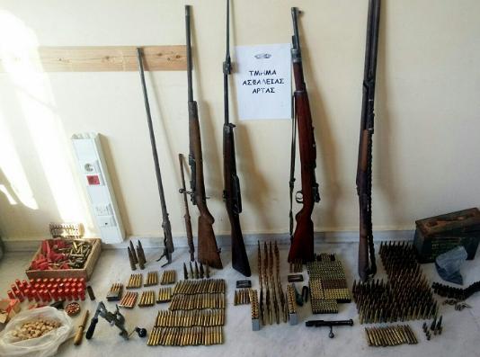 Όπλα και πυρομαχικά σε σπίτι ηλικιωμένου στην Άρτα (ΦΩΤΟ)