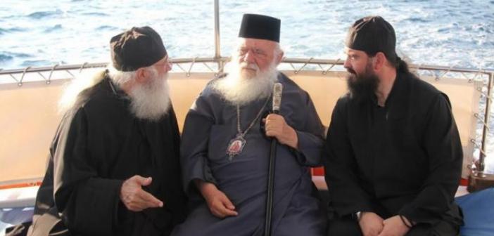 Ο Αρχιεπίσκοπος στα Τριζόνια Φωκίδας (ΔΕΙΤΕ ΦΩΤΟ)